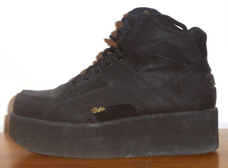 Интересная была мода в 90-ые года в мире - обувь на нереально огромной платформе. . Это ж сколько разбитых